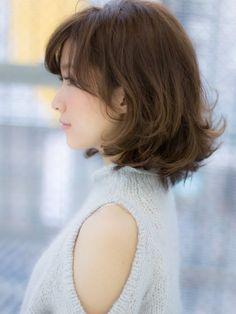 大人可愛い外ハネボブ hs111482 | NYNY 守口店(ニューヨークニューヨーク)のヘアスタイル・髪型・ヘアカタログを探すなら楽天ビューティ。クシュっとした質感が可愛いスタイル!!カラーの色味もアッシュを強く入れることにより柔らかい雰囲気が引き立ちます。 クセ×ボリューム×のばしかけをカバー☆