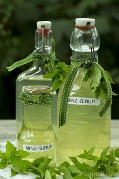 Selbstgemachter Minz-Sirup ♥ Homemade mint syrup Rezept – recipe Selbstgemachter Minz-Sirup ♥ Homemade mint syrup Rezept – recipe – Cocktails and Pretty Drinks Smoothie Drinks, Smoothies, Mint Syrup Recipe, Grilled Desserts, Cocktail Drinks, Summer Cocktails, Diy Food, Yummy Drinks, Herbalism