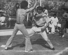 Bruce Lee and John Saxon behind the scenes of Enter the dragon John Saxon, Jeet Kune Do, Bruce Lee Quotes, Brandon Lee, Enter The Dragon, Classic Songs, Martial Artist, American Civil War, Kung Fu