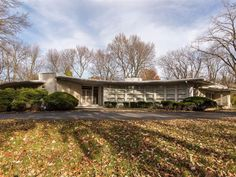 Four-bedroom midcentury modern property in Indianapolis, Indiana, USA its curved shape, sloping roof and distinctive windows this is the house that time forgot Mid Century Decor, Mid Century House, Mid Century Style, Modern Buildings, Modern Architecture, Mid Century Exterior, Modern Properties, Vintage House Plans, Craftsman Exterior