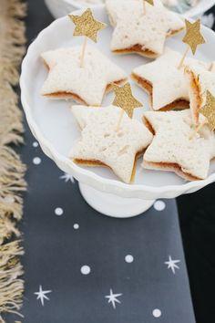 ピーナッツバターのサンドイッチを星のクッキー型で型抜き☆キラキラ星のスティックを飾ると、さらにパーティーらしくなりますね。