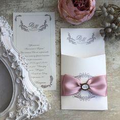 Приглашение на свадьбу в конвертике с кармашком и инициалами молодых