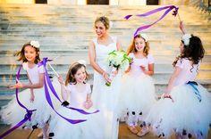 In plaats van strooien kun je ook laten wuiven met stokjes met linten in de themakleur van de bruiloft. Zie www.trouwen-online-shop.nl