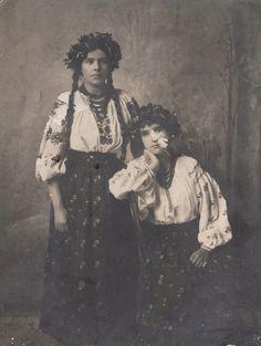 Жінки в наіональному Українському одязі. Фото поч. ХХ ст.