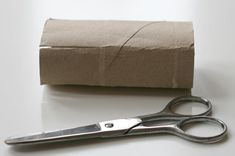 DIY : Maisonnette en carton | La cabane à idées Scissors, Tools, Diy, Toilet Paper, Cabin, Toilets, Automobile, Instruments, Bricolage