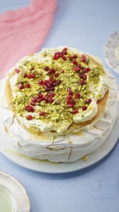 Pavlova is really just a container for all your favourite flavours. Our Baklava … Pavlova is really just a container for all your favourite flavours. Our Baklava Pavlova might be the sweetest recipe we've ever made! Köstliche Desserts, Dessert Recipes, Plated Desserts, Healthy Dinner Recipes, Cooking Recipes, Chef Recipes, A Food, Food And Drink, Arabic Sweets