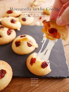 [동영상]치즈가 좌-악!! 모짜렐라 인 더 쿠키만들기 : 네이버 블로그 Bread And Pastries, Korean Bread Recipe, Biscuit Bar, Pastry Art, Cookie Icing, Cookie Desserts, Confectionery, Food Plating, Sweet Recipes
