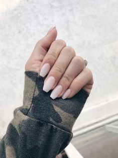 The advantage of the gel is that it allows you to enjoy your French manicure for a long time. There are four different ways to make a French manicure on gel nails. Rose Gold Nails, Nude Nails, Pink Nail, Dark Nails, Glitter Nails, Ongles Beiges, Hair And Nails, My Nails, Nagel Stamping