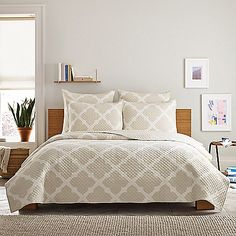 Add a modern flair to your bedroom with the timeless Real Simple Bennett Quilt. Adorned with an oversized lattice pattern on a tonal ivory and taupe ground, the beautiful bedding brings a refined look to any room's décor.