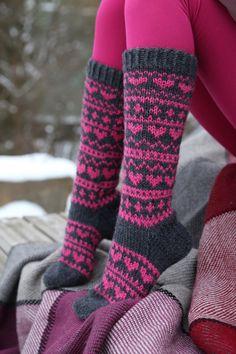 Pizzicato: Sydänsukat Fair Isle Knitting, Knitting Socks, Knitting Projects, Knitting Patterns, Fishnet Leggings, Cozy Socks, Mittens, Knit Crochet, Diy Crafts