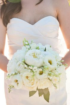 Beautifully soft & romantic white wedding bouquet | Contemporary Wedding At The Toledo Museum of Art Glass Pavilion | Photograph by Kristen Nicole Photography  http://storyboardwedding.com/contemporary-wedding-toledo-museum-art-glass-pavilion/