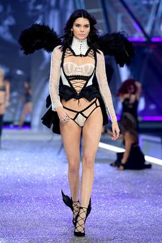 Kendall Jenner Goes Tropical Sexy for Victoria's Secret Fashion Show!: Photo Kendall Jenner slays as she hits the runway at the 2016 Victoria's Secret Fashion Show on Wednesday night (November in Paris, France. Modelos Victoria Secret, Moda Victoria Secret, Victoria Secret Fashion Show, Kendall Jenner Outfits, Kendall And Kylie, Fashion Show 2016, Fashion Week, Fashion Trends, Fashion Styles
