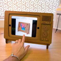 Fancy - Safari TV iPad Stand