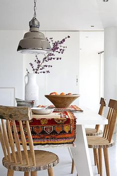 Coin repas / Dinner table with persian carpet and industrial lamp, wooden, chairs, dining room