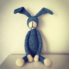 Gehaakt konijn. Blauw. Crocheted rabbit. Blue.