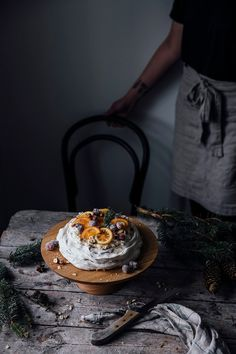our food stories: christmas pavlova with sugared cranberries and orange & citron slices Christmas Pavlova, Vegan Christmas, Christmas Desserts, Christmas Mood, Christmas Recipes, Holiday Recipes, Christmas Ideas, Baking Recipes, Cake Recipes