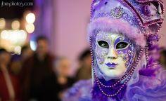 Portrait masque vénitien violet