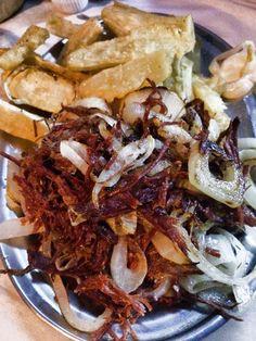 716 in Rio de Janeiro - Soirée au Pavão Azul - #Brazil #RiodeJaneiro #Rio #babes #716 #716travel #716voyage Hilario, Cabbage, Vegetables, Food, Rio De Janeiro, Street, Essen, Cabbages, Vegetable Recipes