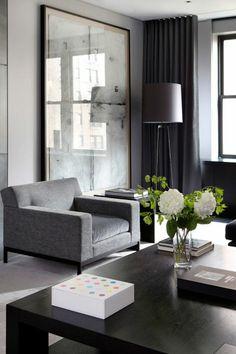 couleur qui va avec le gris, fauteuil gris, rideaux noirs, lampe de sol abat jour, fleurs blanches