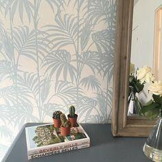 Nouveau papier peint dans la chambre  Si vous avez besoin de quelqu'un pour le poser @arnaud90210 est devenu un pro  #papierpeint #decoration  ___ #myroom #room #interior #cactus #assoulinebooks #assouline #roses #flowers #tropical #chambre #deco #perfect #inside