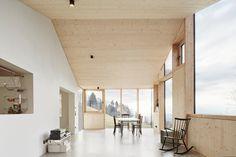 Über die Außenmauern eines Wohnhauses von 1961 stülpte Architekt Jochen Specht aus Dornbirn eine neue, deutlich größere...