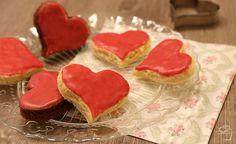 Süßes zum Valentinstag: Biskuit-Herzen mit Himbeer-Glasur von jennybackt.de
