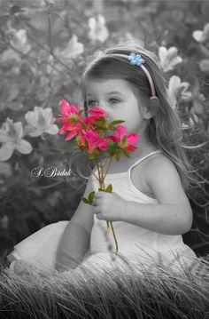 Splash of colour ♥ Cute Kids Photography, Splash Photography, Color Photography, Color Splash, Color Pop, Black And White Baby, Black And White Colour, Snow White, Happy Tuesday Pics