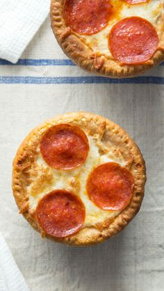 What happens when you mix comfort food with the perfect food? Why, these delightful pizza pot pies of course! Pizza Pot Pie What happens when you mix comfort food with the perfect food? Why, these delightful pizza pot pies of course! Pizza Pot Pie, Pizza Pizza, Dough Pizza, Toast Pizza, Pizza Snacks, Pizza Burgers, Yummy Food, Tasty, Perfect Food