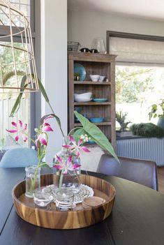 Maak je keuken gezellig door een mooie kast met wat (gekleurd) servies erin. Een ronde tafel zit erg gezellig. Wil je ook kleur en interieuradvies van STYLING22? Bel of mail. #kleuradvies #interieuradvies #interieurstylist #styling #wooninspiratie #newhome #kleurinspiratie #interior #interieur #interieuradvies
