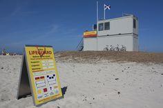 Tijdens de zomermaanden wordt het strand bewaakt door de KNRM Lifeguards. Een veilig gevoel.