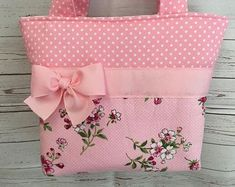 Gold Dots and Floral . Patchwork Bags, Quilted Bag, Diy Bags Jeans, Diy Bags Patterns, Paper Purse, Bridesmaid Bags, Paper Flowers Craft, Baby Sewing Projects, Quilted Table Runners