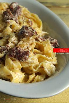 Tagliatelle con ricotta e salsiccia. Added olive oil and lemon juice… Wine Recipes, Pasta Recipes, Cooking Recipes, Italian Main Courses, Ricotta Pasta, Italian Pasta, How To Cook Pasta, I Love Food, Pasta Dishes