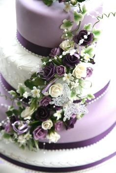 Purple Wedding cake, with a Rose floral cascade. I loved how the colours all married together on this one, (excuse the pun) it really tied in with the bridal flowers. The piped detail adds an extra layer of texture, drawing the eye to the centre. Purple Cakes, Purple Wedding Cakes, Beautiful Wedding Cakes, Gorgeous Cakes, Pretty Cakes, Elegant Wedding, Cake Wedding, Green Wedding, Burgundy Wedding