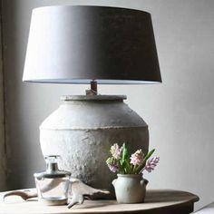 De lampen met een stenen of een kruiken voet staan erg mooi in een landelijk interieur. Op een rond tafeltje komen ze ook goed tot hun recht!