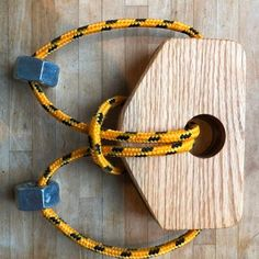 How to Make a Wooden Rope Puzzle Woodworking For Kids, Woodworking Workshop, Handmade Wooden Toys, Wooden Diy, Mind Puzzles, Logic Puzzles, Puzzle Crafts, Twig Furniture, Wood Projects For Kids