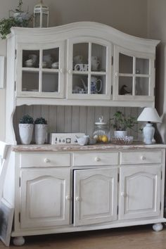 babi dom: Lustro i kredens! Diy Furniture Easy, Refurbished Furniture, New Furniture, Furniture Makeover, Cottage Style Furniture, Farmhouse Furniture, Shabby Chic Furniture, Farmhouse Kitchen Cabinets, Rustic Kitchen