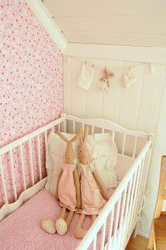 roze babykamer met Maileg konijntjes