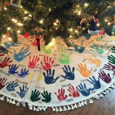 Watch the kids grow with this Tree Skirt Hand-print Tradition. 25 Christmas Traditions to start right now and pass down for years to come on Frugal Coupon Living. 25 Christmas Traditions to start right now and pass down for years to come. Traditions To Start, Holiday Traditions, Family Traditions, Christmas Activities, Christmas Projects, Fun Activities, Holiday Crafts, Holiday Fun, Baby Christmas Crafts