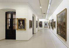 Palacio de Velarde. Vista general del corredor de la primera planta, con obra de los siglos XVII  y XVIII. Fotografía: Marcos Morilla.