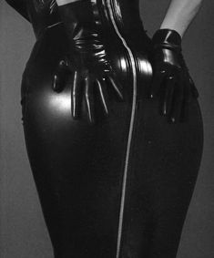 Looks like a great leather hobble skirt. Latex Pants, Latex Dress, Black Leather Skirts, Leather Dresses, Leather Gloves, Leather Heels, Hobble Skirt, Thigh High Boots Heels, Latex Fashion