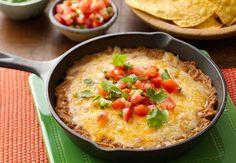 Einfacher Käse-Bohnen-Dip: Dieser Dip ist bei jedem Spieleabend der große Hit – und mit gerade einmal drei Zutaten zudem spielend leicht zubereitet.