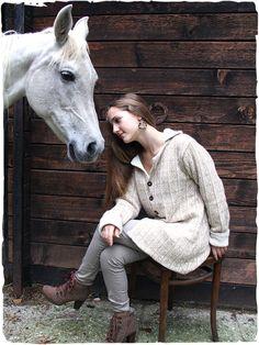 Cappotto in alpaca Soledad Cappotto reversibile di due colori combinati. Questo splendido cappotto di lana da un lato è tinta unita con due tasche, dall'altro un delicato motivo disegna il cappotto donna dallo stile etnico. Bottoni in legno di cocco.  #modaetnica #ethnicalfashion #alpacaswhool #lanadialpaca #peruvianfashion #peru #lamamita #moda #fashion #italianfashion #style #italianstyle #modaitaliana #lamamitafashion