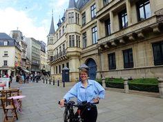 Juli-e-cycle au palais ducal du Luxembourg pour Velafrica!  #bicyclette #veloelectrique #ebike #vae #tourdefrance #cyclingtour #cyclotourisme #RestartCycleTourism #ardennes #cyclingtour #juli_e_cycle #velafrica #luxembourg #palaisducal