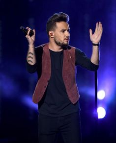 Liam performing 'Perfect' at the American Music Awards - 11/22/15
