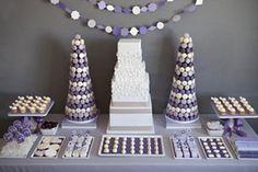 Exelente mesa dulce en tonos violetas, lilas y blancos