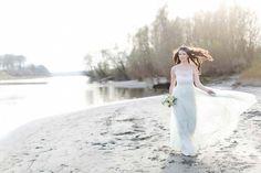 Immer mehr Brautpaare überreichen sich am Hochzeitsmorgen einen handgeschriebenen Liebesbrief, der oftmals mit größter und freudiger Erwartung zum Highlight des Getting Ready's wird. Dieses Gefühl hat auch die wunderbare Fotografin Carolin Anne Fotografie in dieser hinreisenden Brautinspiration am Donaustrand bei Linz aufgegriffen, welches sie in herrlich romantischen und erwartungsvollen Bildern wiedergibt. Wenn also für das …