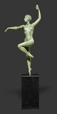 ART DECO FIGURE, c. 1930. Bronze with green patina. Dancer on black onyx plinth. Signed Balleste, bronze. H. 37.5 cm.