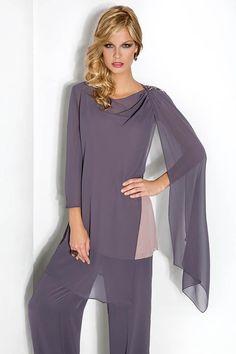 Traje pantalón de fiesta en gasa y en color gris, sobrecuerpo tipo capa con un aplique en el hombro. Colección de Cabotine.