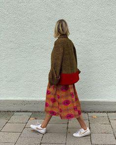 Feb 2020 - Printed skirt, sneakers and herringbone jacket for a modern street style look Love Fashion, Autumn Fashion, Fashion Outfits, Womens Fashion, Funky Fashion, Style Rock, Style Me, Funky Style, Mode Collage