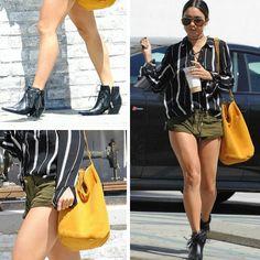 A Vanessa é outra que está sempre arrasando!⭐ Ela usa uma linda combinação de blusa listrada preta e branca, shortinho verde, bolsa saco amarela e botas pretas de franjas. #creative #fashion #style #vanessahudgens